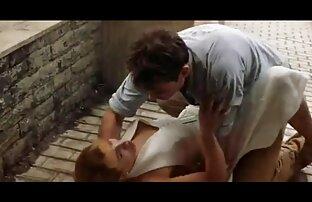 Ein Kerl knallt eine Freundin mit den Fingern, ältere dame gefickt während Ihre Muschi mit einem Spielzeug