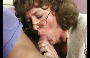 Zu einem Mann mit seinen Händen und sexy alte dame gieße Sperma auf meine Titten