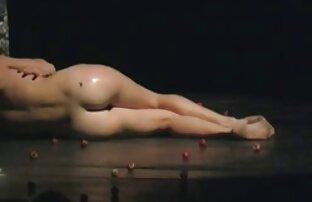 Junge Frau steht in der Ecke des Raumes zeigt Titten reife damen am strand von Größe