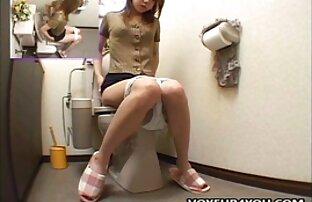 Mädchen voll finger pussy mit alte damen nackt WC Deckel