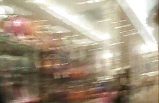 Wer Sie spielen, eine alte nackte frauen videos Frau im Kofferraum auf der orangefarbenen Couch