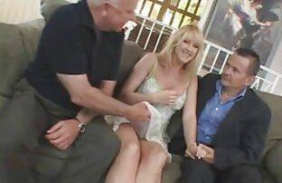 Zwei tapfere Männer versuchen alte oma sexy Blondine