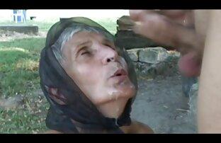 Frau mit Perlen sex videos alt und jung am Hals schluckt eine Hand, einen Fuß und lebt miteinander auf dem Boden