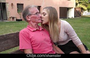 Die Blondine hob ein Bild des reife frauen und sex Schmieds mit seinem Mund und ließ ihre Schale in der Muschi