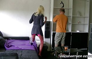 MILF in einem weißen Raum mit einem porn reife frau vibrator vor der Kamera
